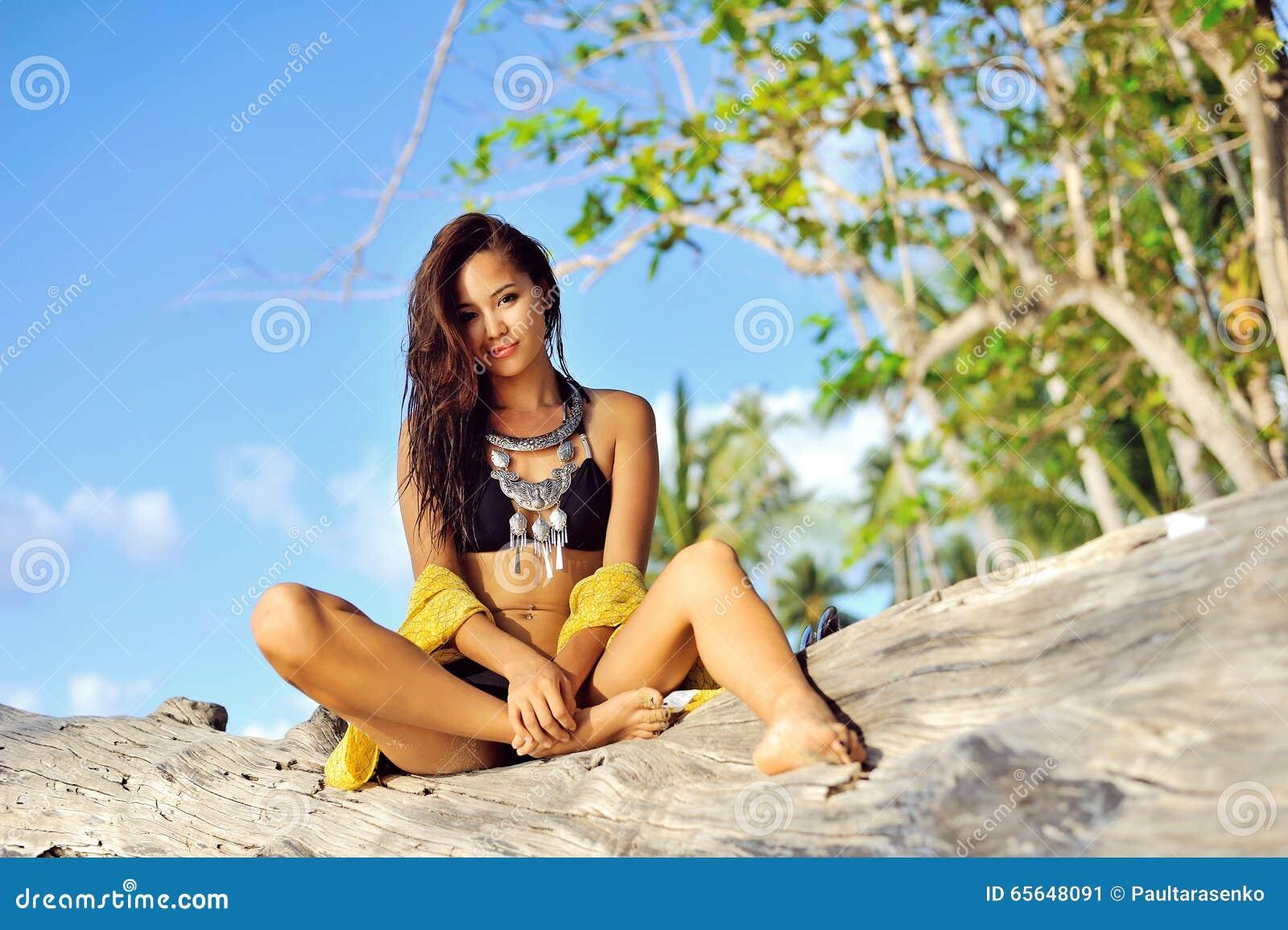 Portrait de jeune femme merveilleuse de brune avec le long lookin de cheveux