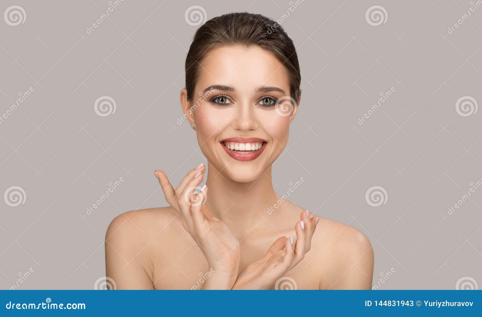 Portrait de jeune femme Peau propre parfaite et beau sourire