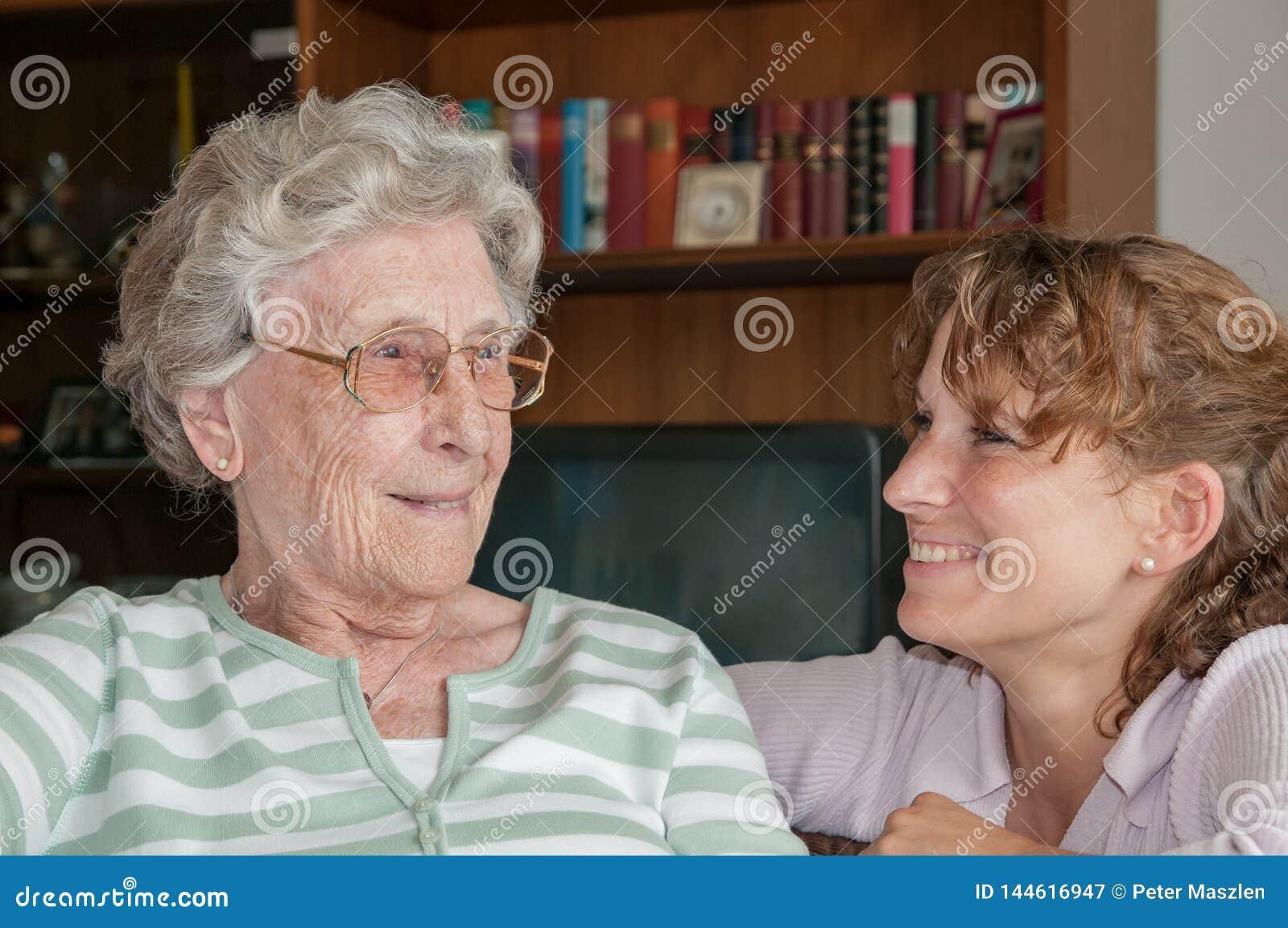Portrait de jeune femme souriant à sa grand-mère