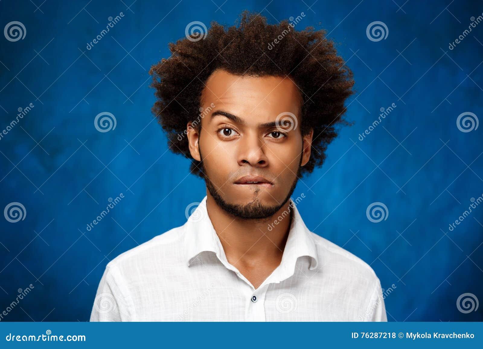 Portrait De Jeune Homme Africain Bel Au Dessus De Fond Bleu Photo