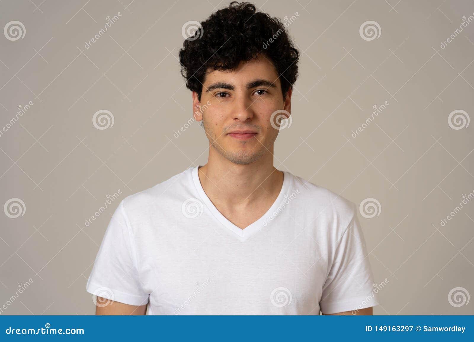 Portrait de jeune homme beau dans des expressions du visage neutres de tisonnier et des ?motions humaines