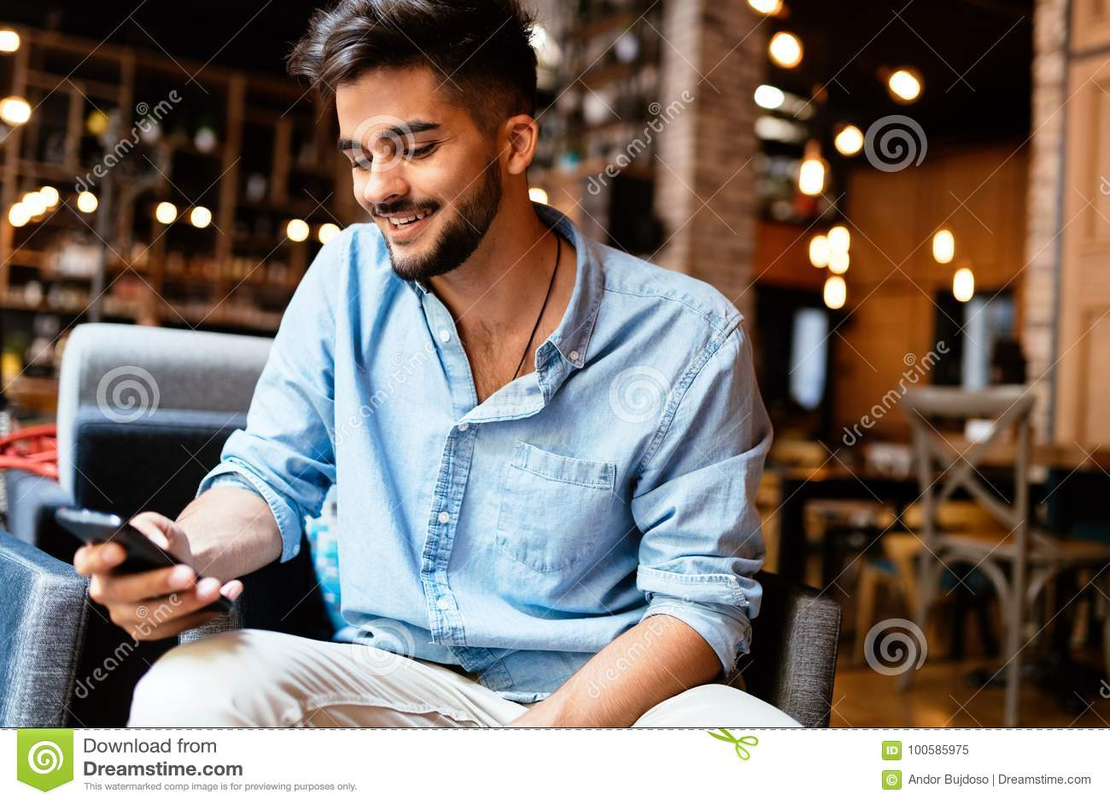 Portrait de jeune homme bel dans la chemise bleue