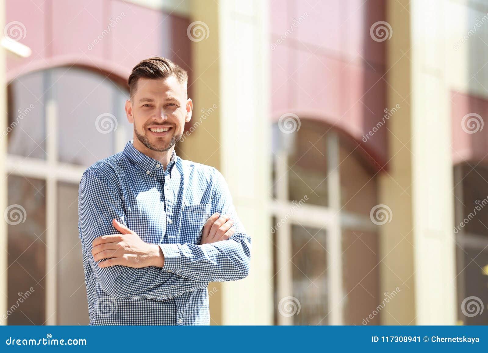 Portrait de jeune homme dans l équipement élégant