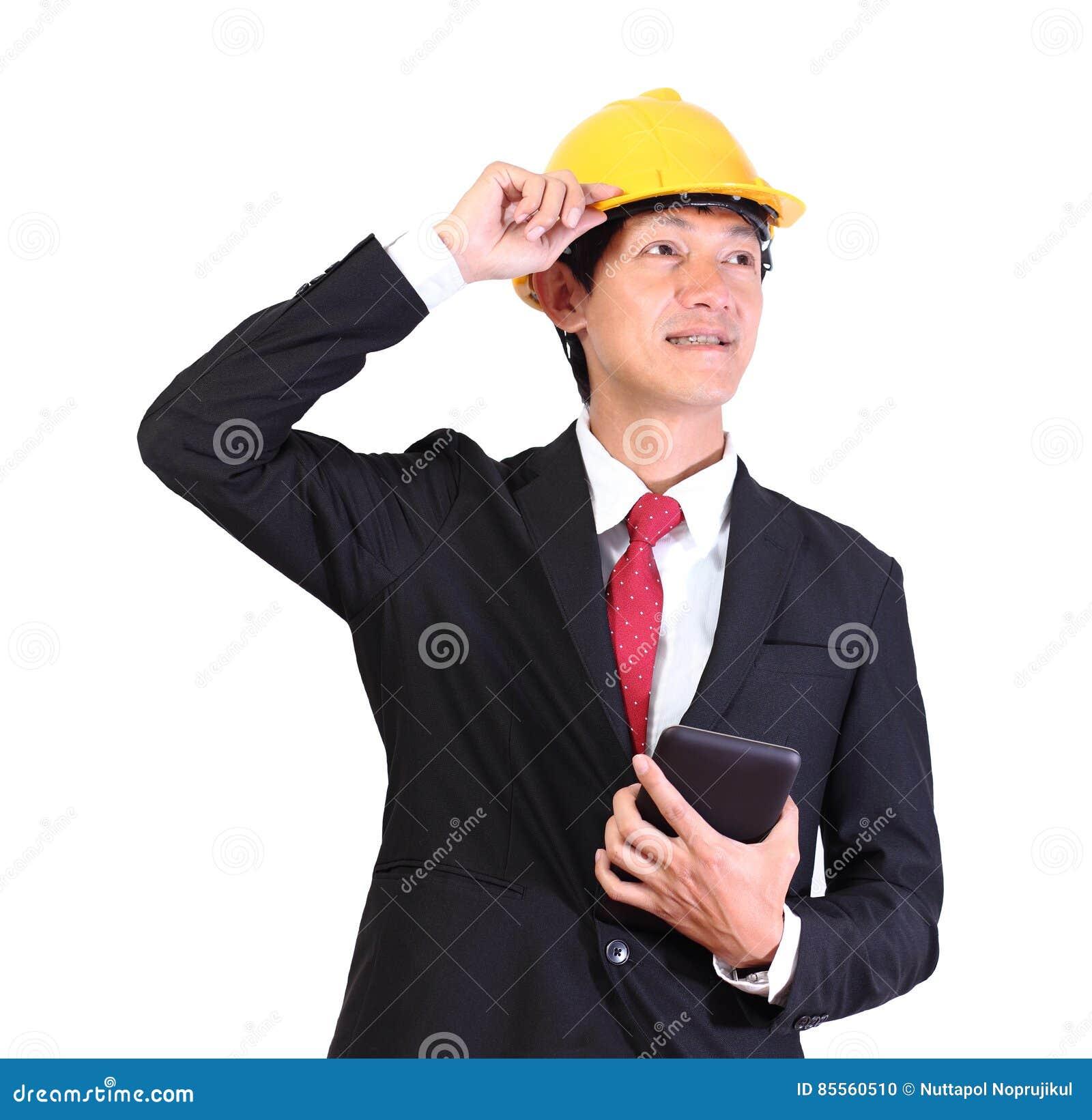 Portrait de jeune homme heureux d ingénieur avec le casque antichoc sur le CCB blanc