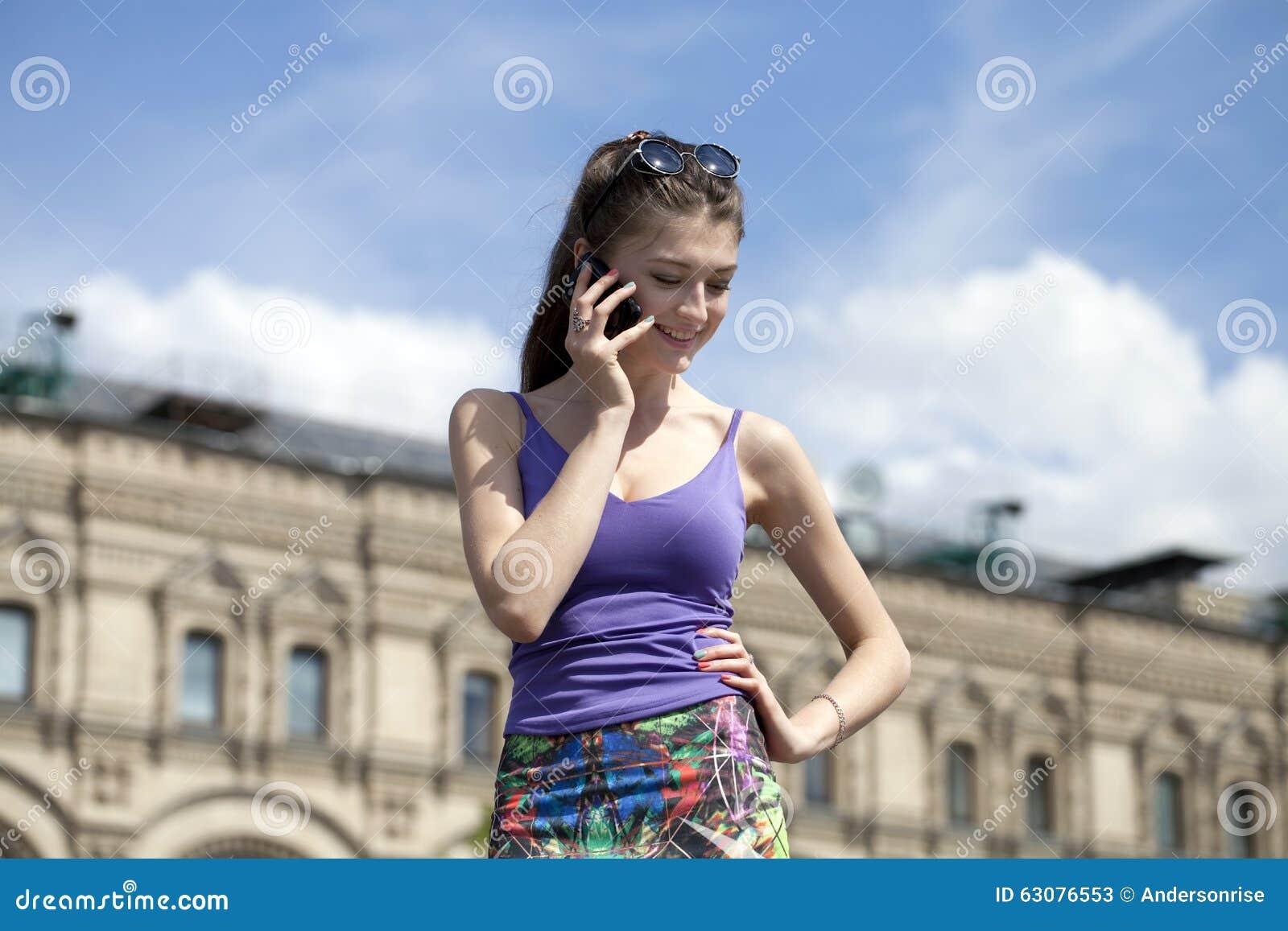 Download Portrait De Jeune Jeune Femme Attirante Image stock - Image du heureux, nature: 63076553
