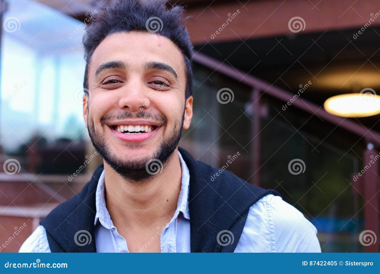 Portrait de jeunes musulmans masculins gais Homme souriant et posant a