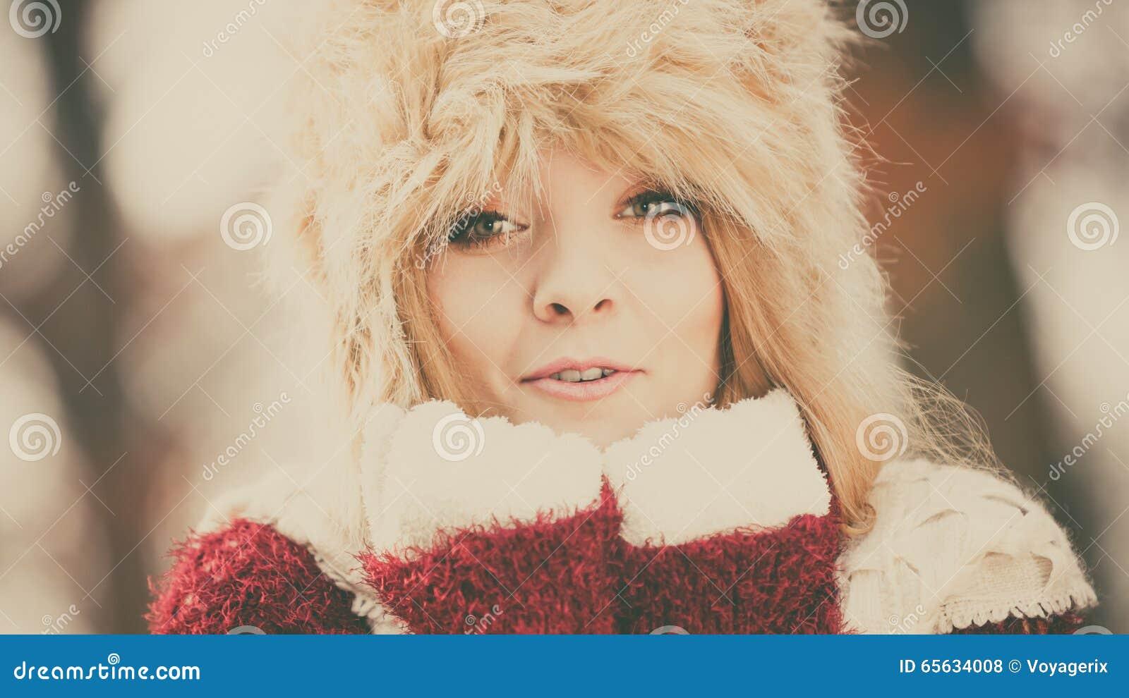Portrait de jolie femme de mode dans le chapeau d hiver de fourrure