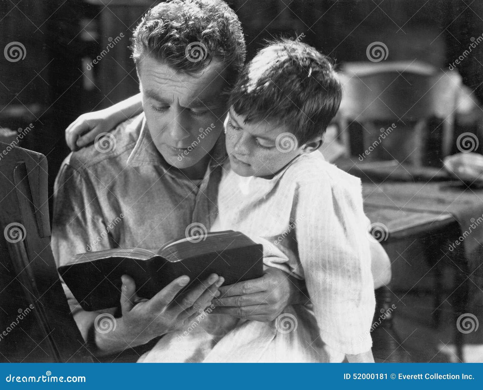 Portrait de l histoire pour endormir de lecture de papa au fils (toutes les personnes représentées ne sont pas plus long vivantes