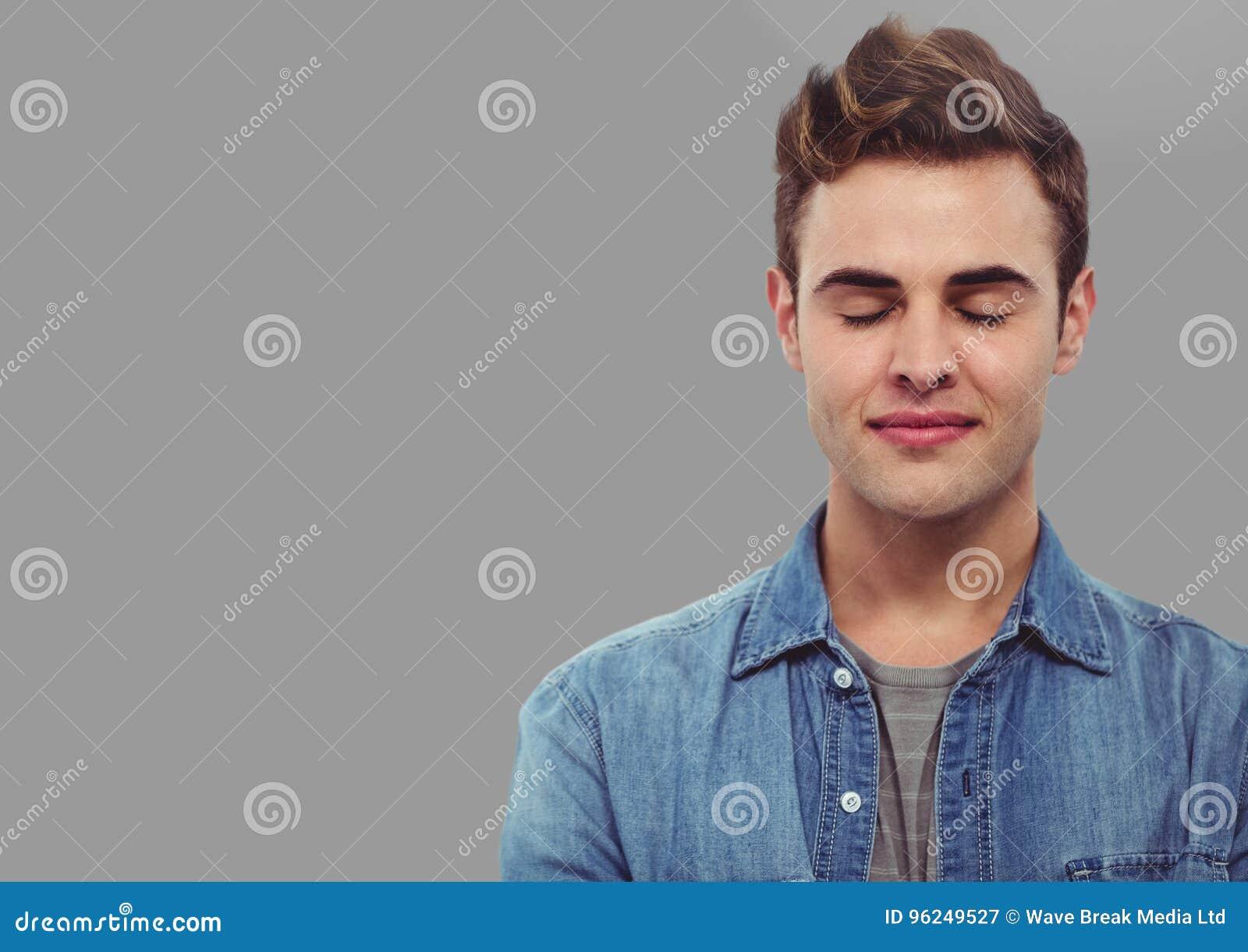 Portrait De L Homme Avec Les Yeux Fermes Avec Le Fond Gris Image