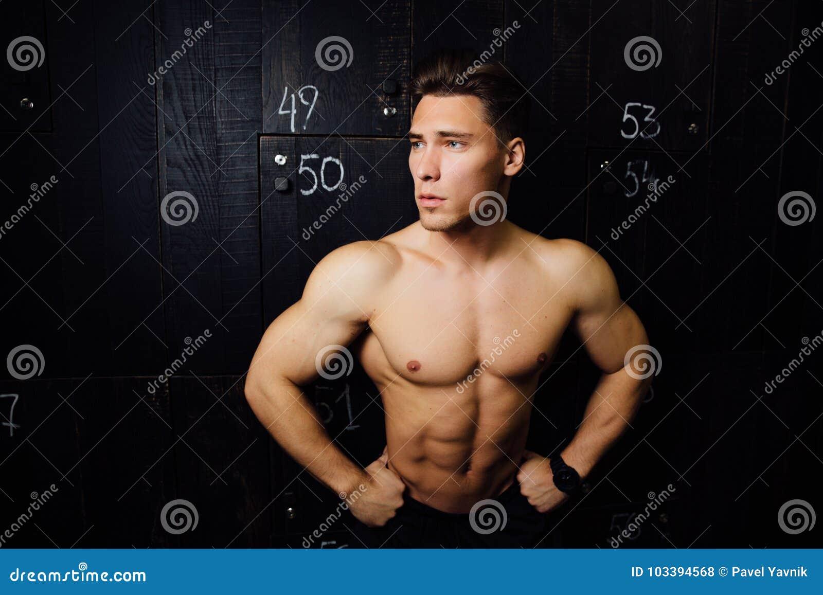 b7cf96a0e212 Portrait de l homme bel de modèle de forme physique, torse dans le vestiaire  Portrait