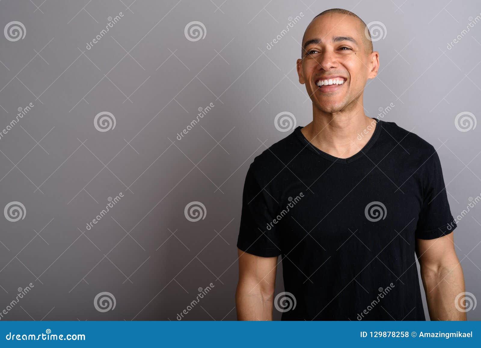 Portrait de l homme chauve heureux souriant et pensant