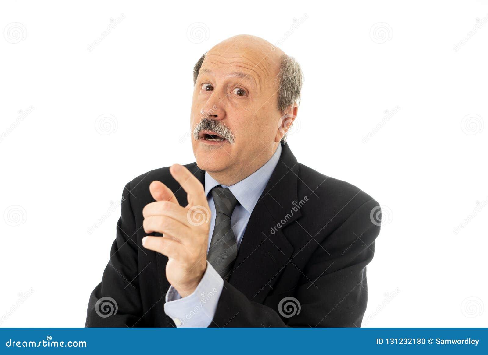 Portrait de l homme supérieur d affaires dans son 60s pensant dans la décision ou la prochaine étape exécutive aux problèmes de t