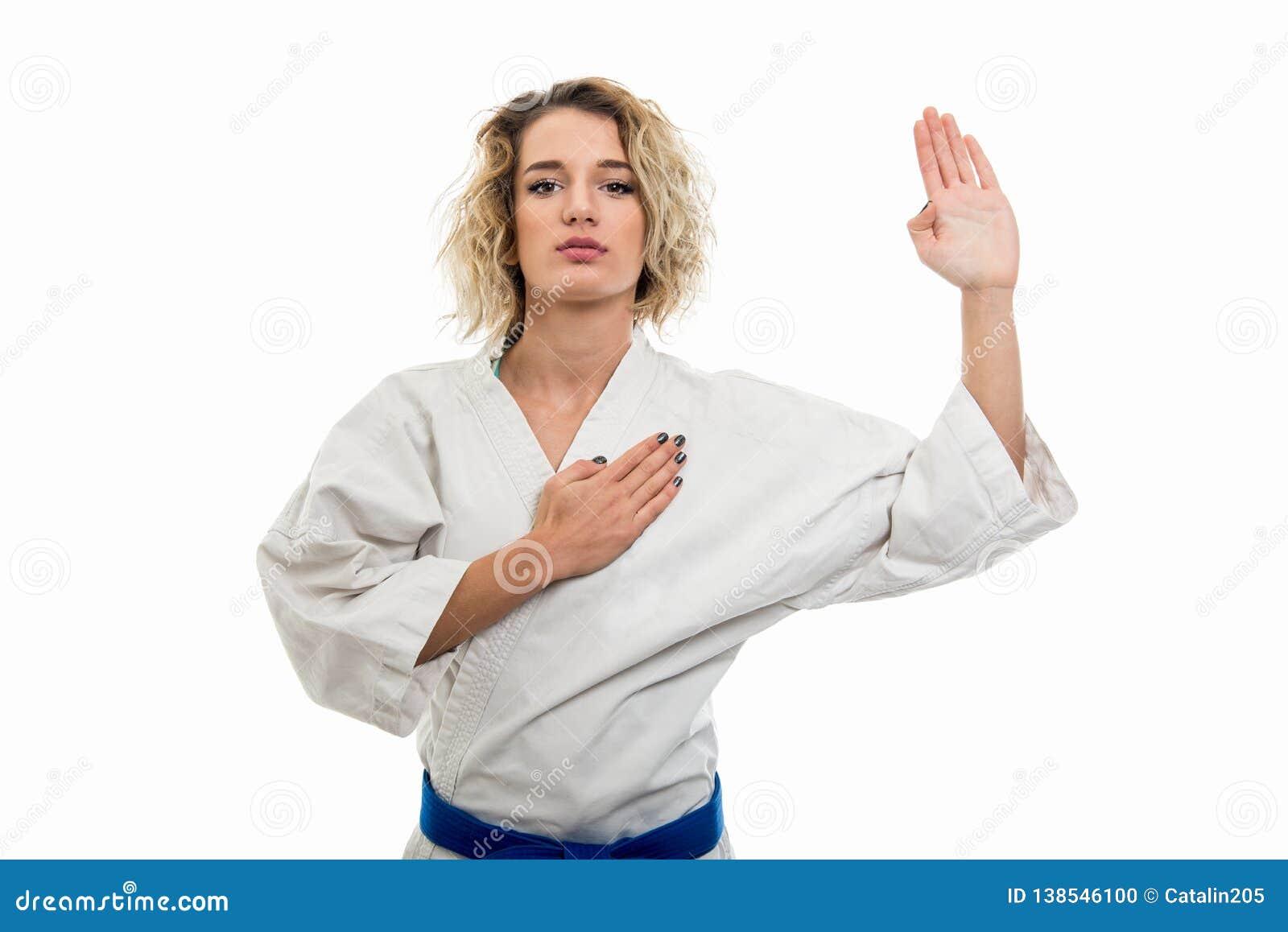 342d4a1e9ac08 Portrait de l uniforme de port femelle d arts martiaux faisant le geste de  serment