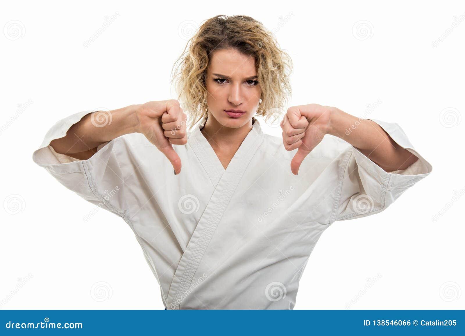 0641b8d057637 Portrait de l uniforme de port femelle d arts martiaux montrant le double  geste d aversion