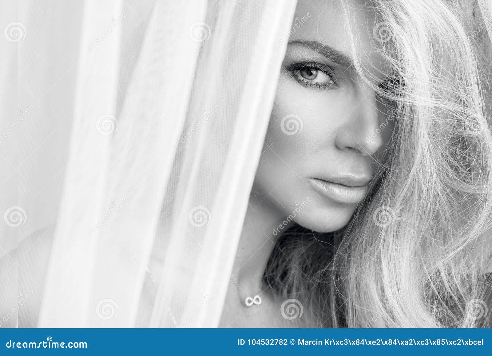 Portrait de la belle femme blonde sensuelle avec le visage naturel et lisse parfait dans un maquillage sensible
