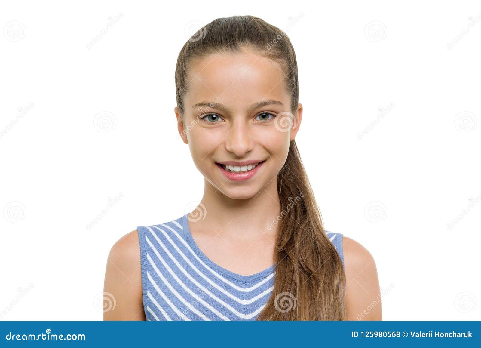 Portrait de la belle fille de 10, 11 années Enfant avec le sourire blanc parfait, d isolement sur le fond blanc
