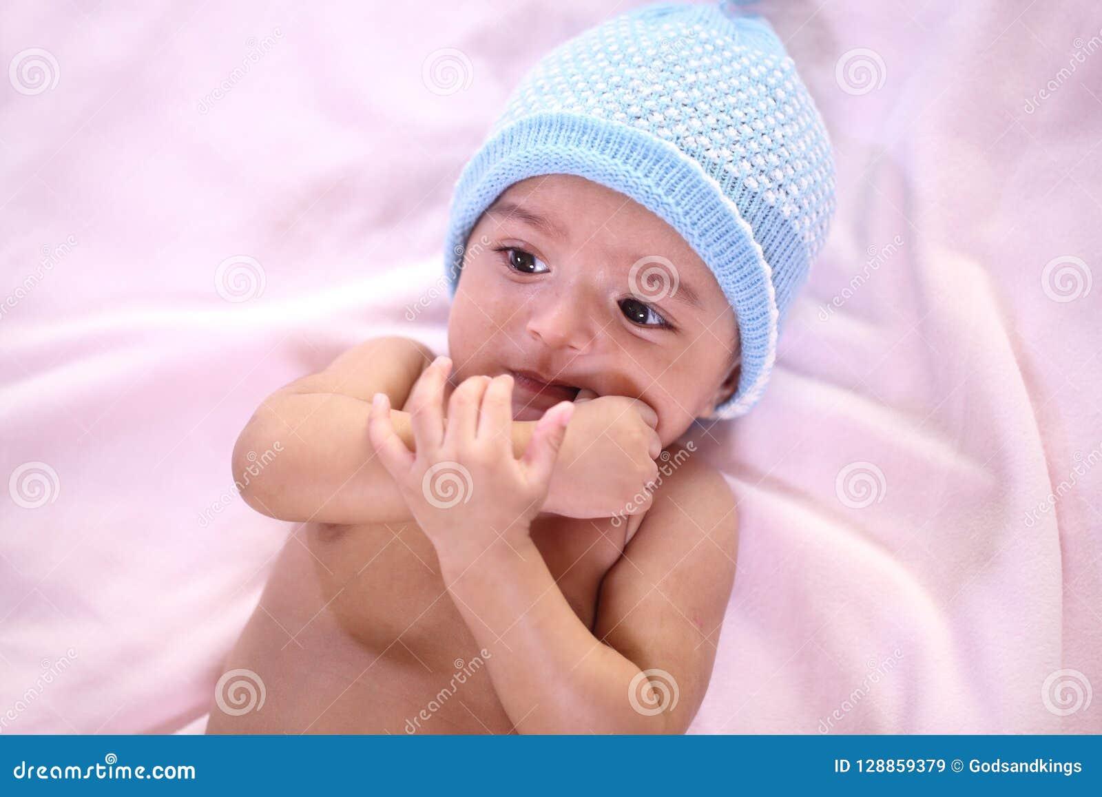 Portrait de la dentition nouveau-née de bébé et sucer le réflexe