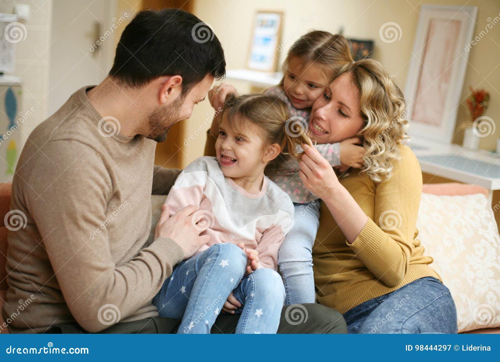 Portrait de la famille ayant l amusement dans le salon Famille heureuse s
