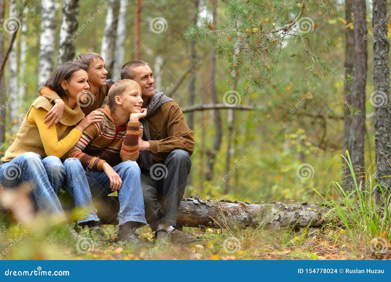 Portrait de la famille de quatre en parc