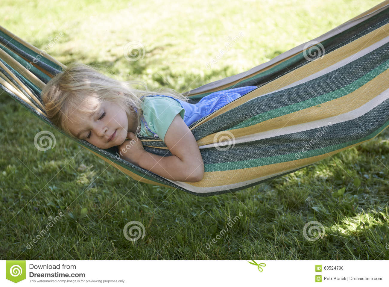 portrait de la fille blonde d 39 enfant dormant d tendant sur un hamac color photo stock image