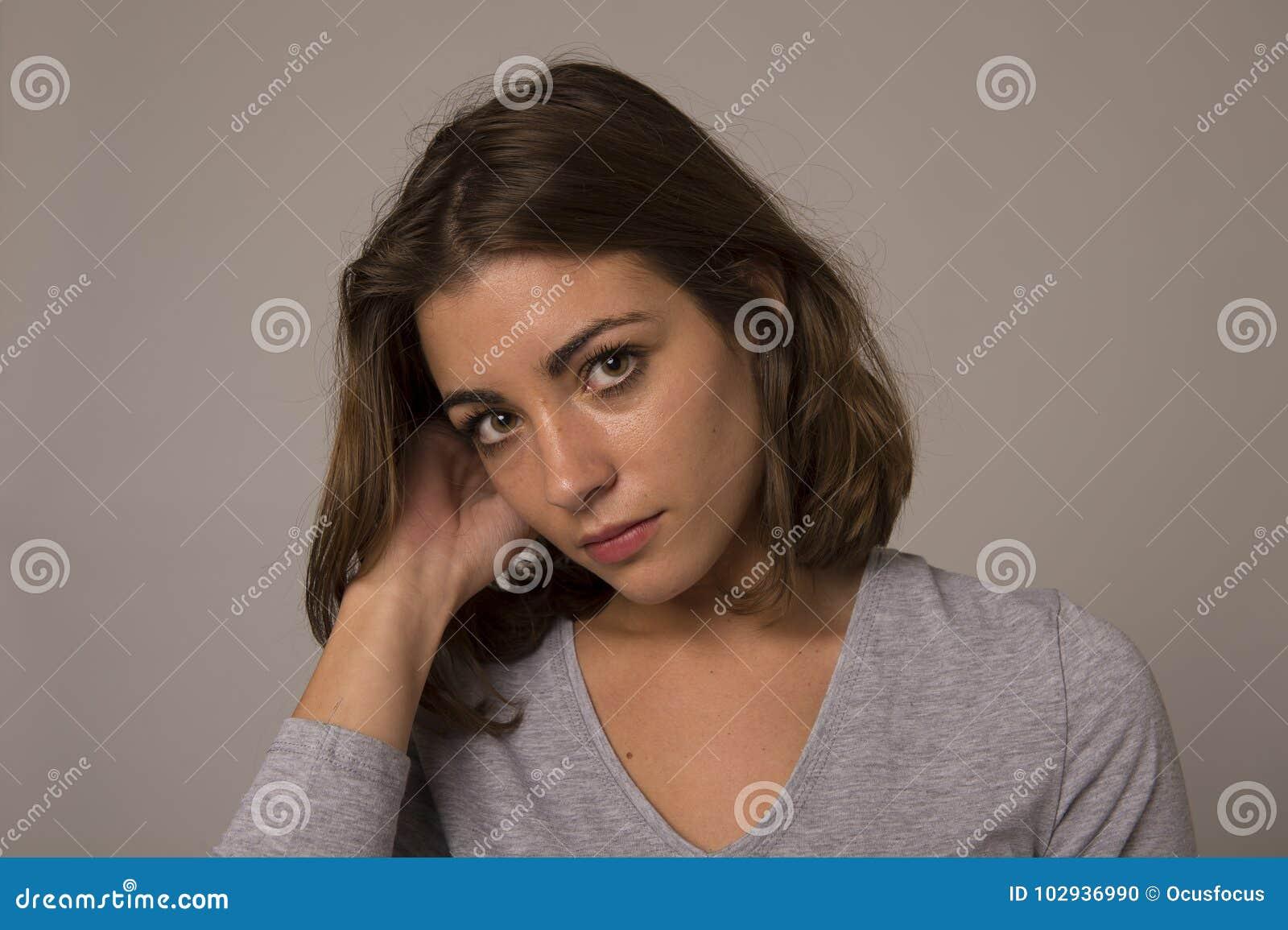 Portrait de la jeune belle et douce femme semblant triste et désolée dans l émotion de tristesse