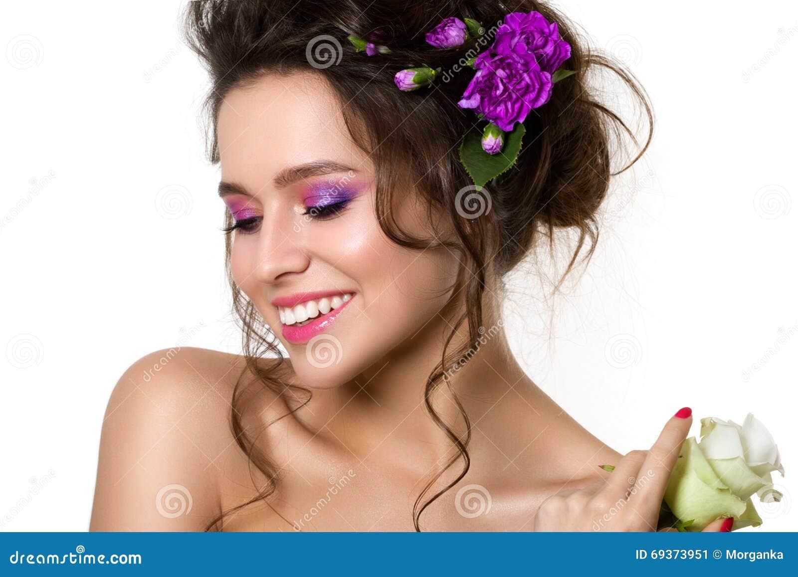 Portrait de la jeune belle femelle tenant la rose de blanc avec le viole