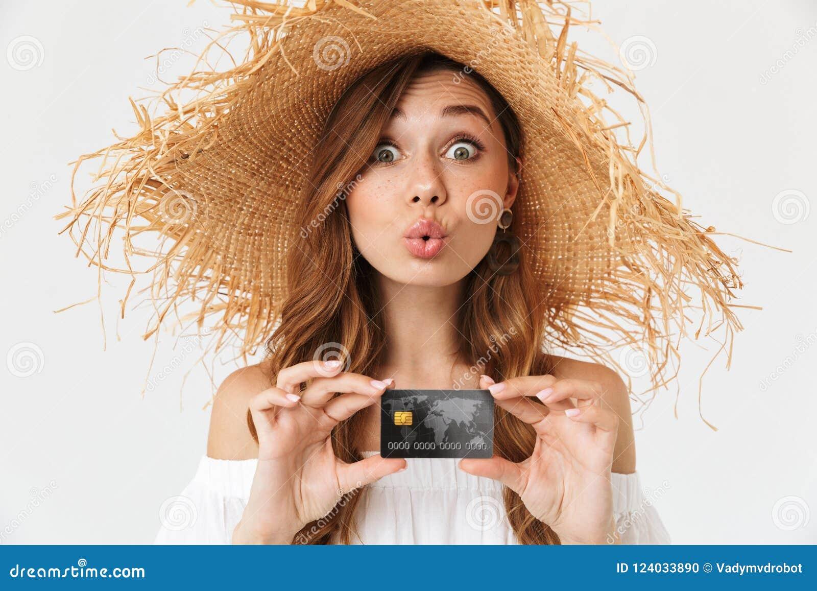 Portrait de la jeune femme gaie 20s portant le grand rejoi de chapeau de paille
