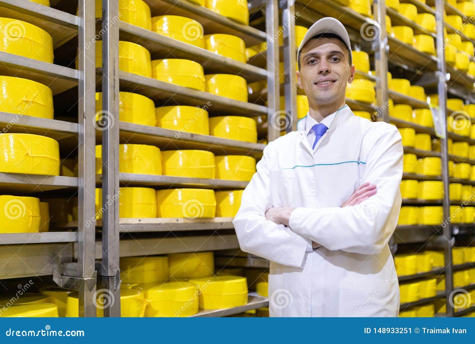 Portrait de la position d inspecteur dans le d?partement de production de l usine de laiterie et adopter la position de la produc
