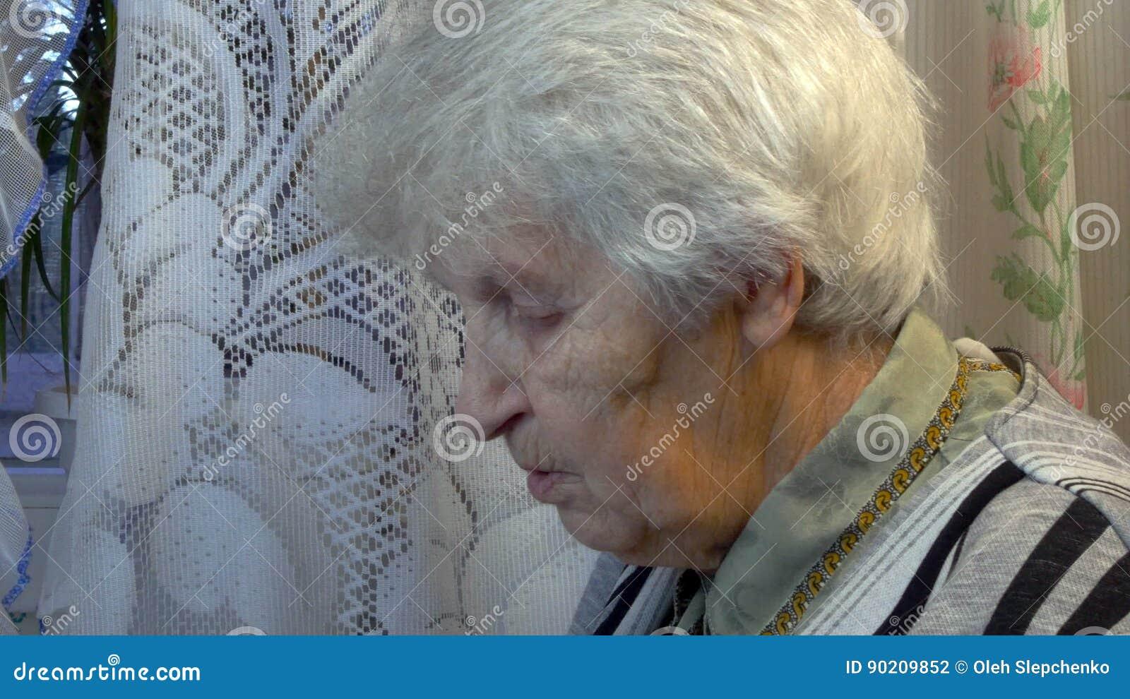 Portrait de la vieille femme parlante