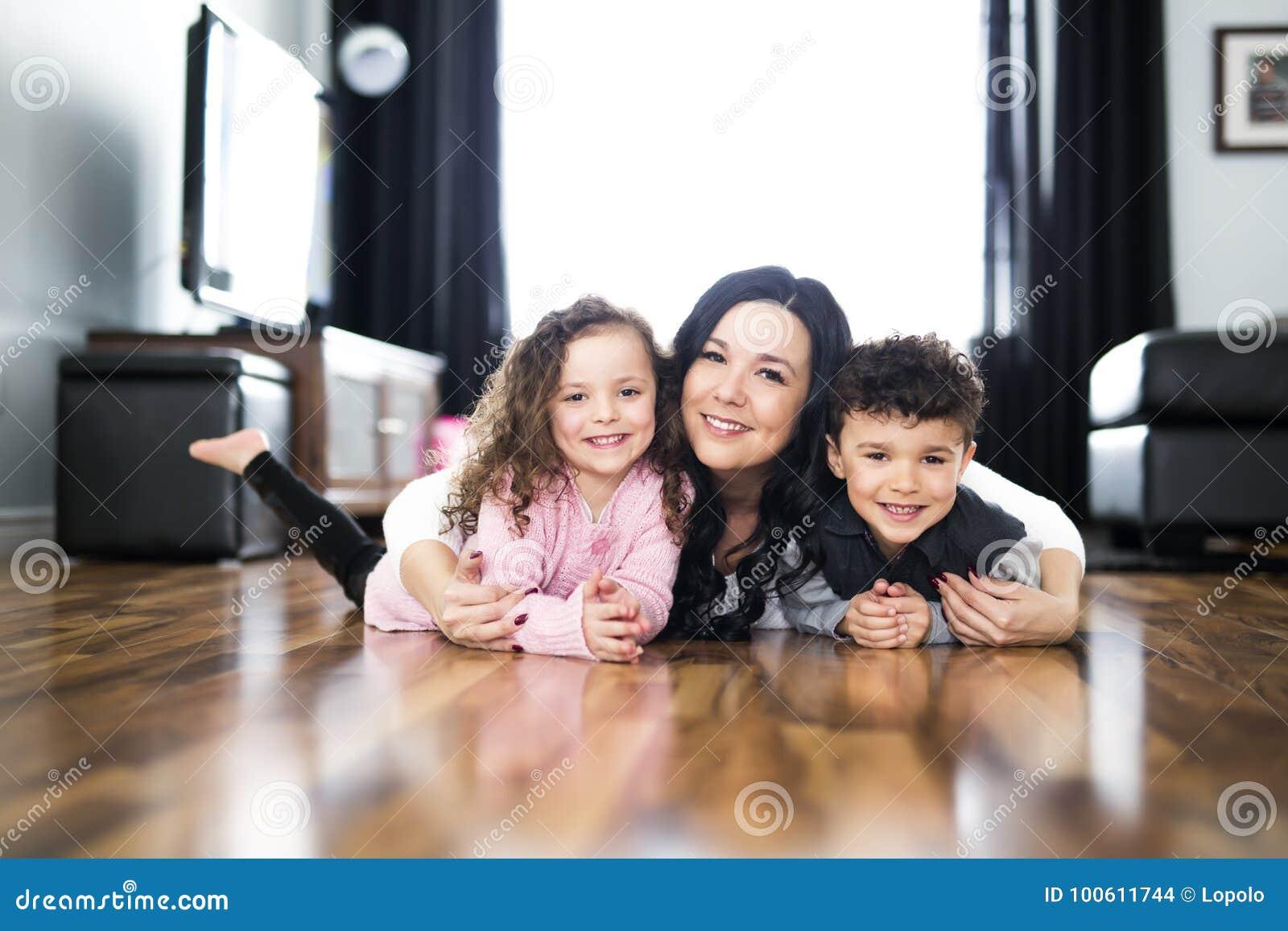 Portrait de mère avec ses deux enfants à la maison