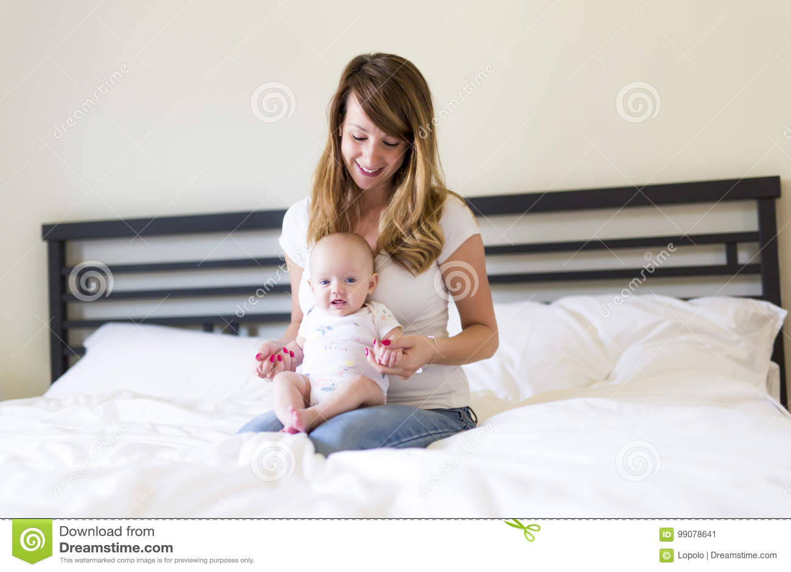 Portrait de mère avec son bébé de bébé de 3 mois dans la chambre à coucher
