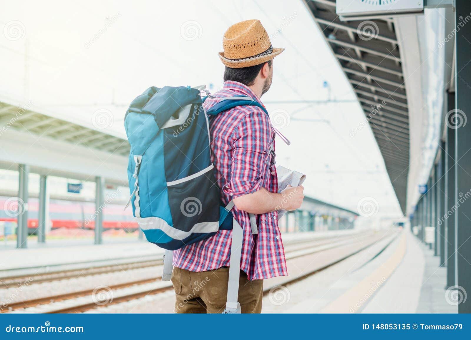 Portrait de m?le caucasien dans la station de train ferroviaire