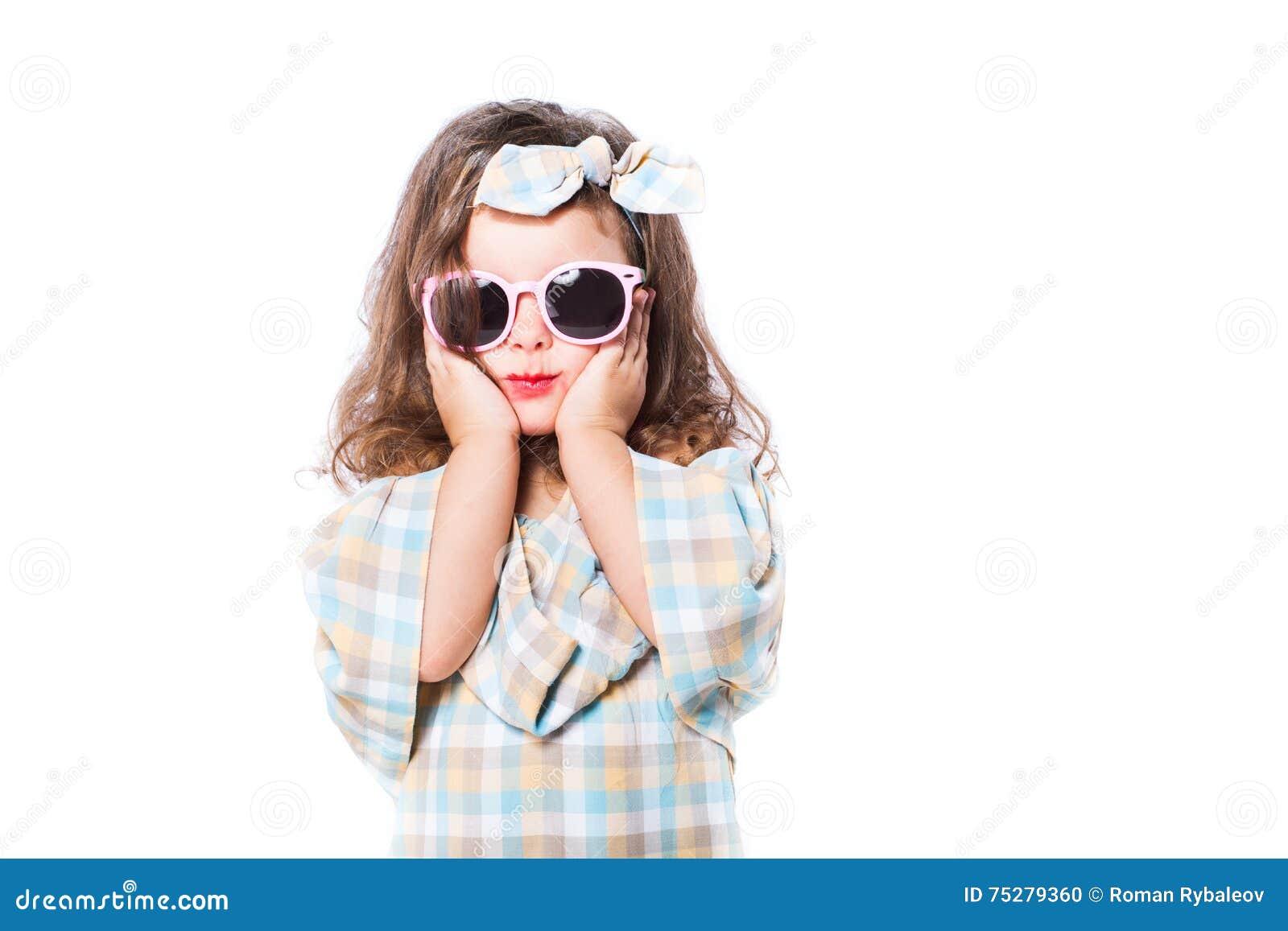 Portrait de mode d enfant de fille sunglasses