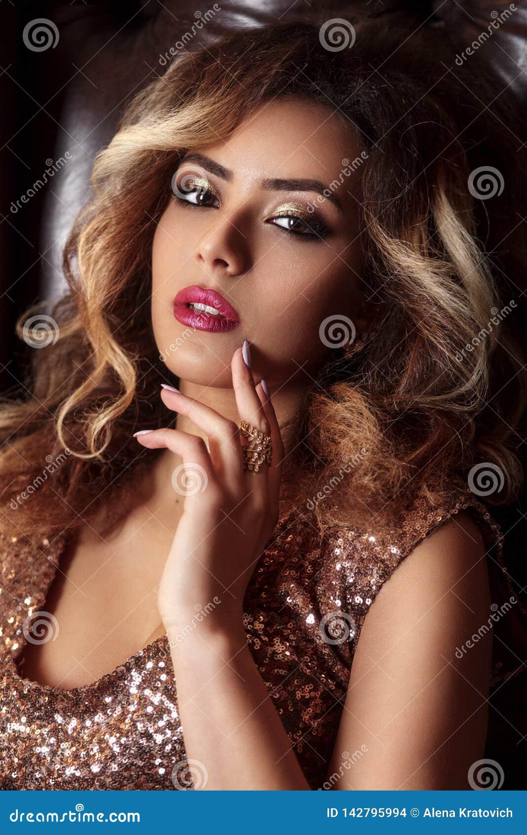 Portrait de mode de jeune belle femme afro-américaine avec des bijoux et le maquillage de égaliser