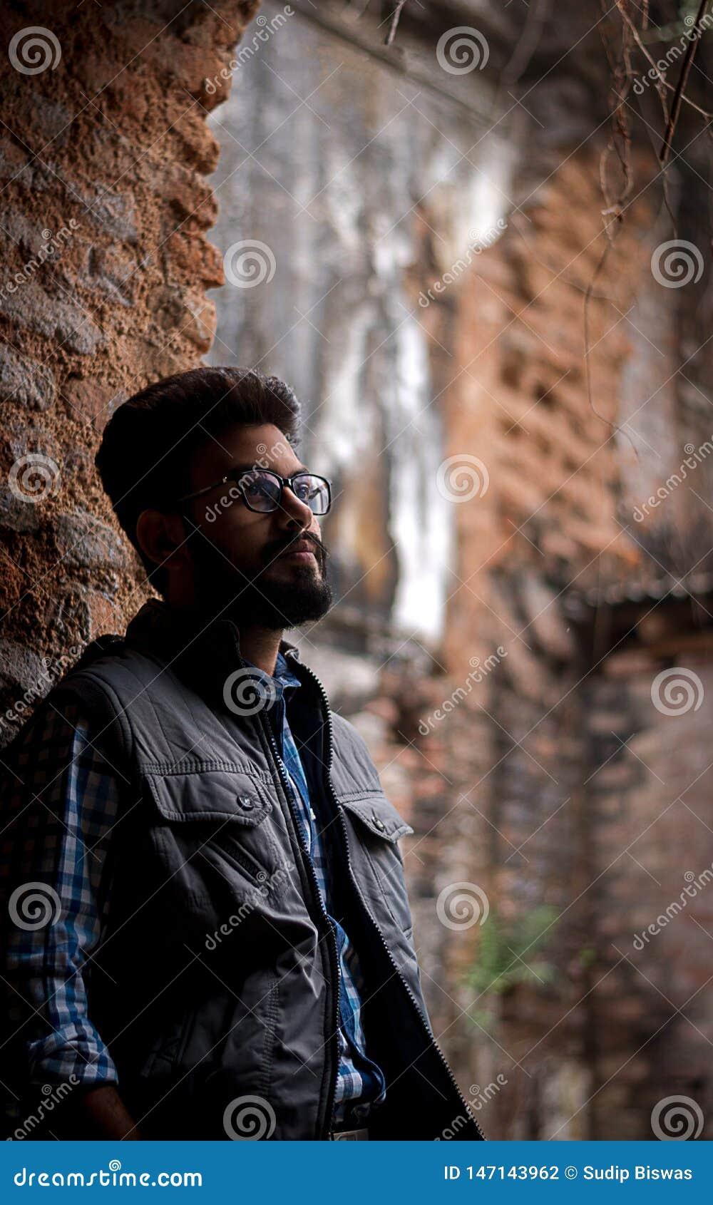 Portrait de mode de type barbu sur l avant du vieux buildingTAKI RAJBARI
