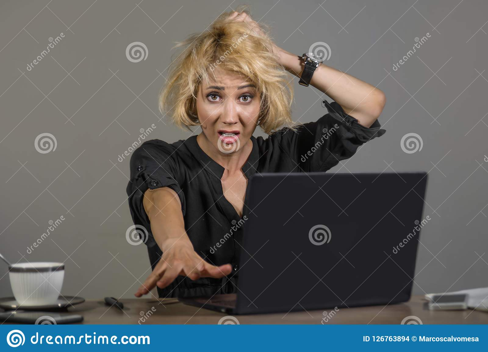 Portrait de mode de vie des jeunes soumis à une contrainte et de la femme malpropre d affaires travaillant au sentiment de bureau