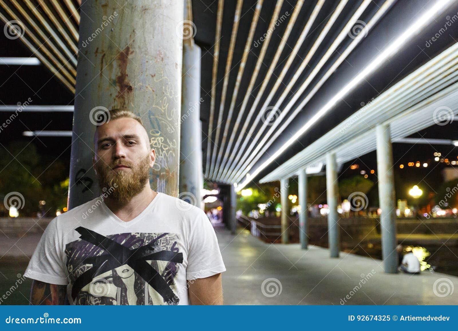 Portrait de nuit d un bandit barbu de membre de bande de vendeur de drogue d homme de rue