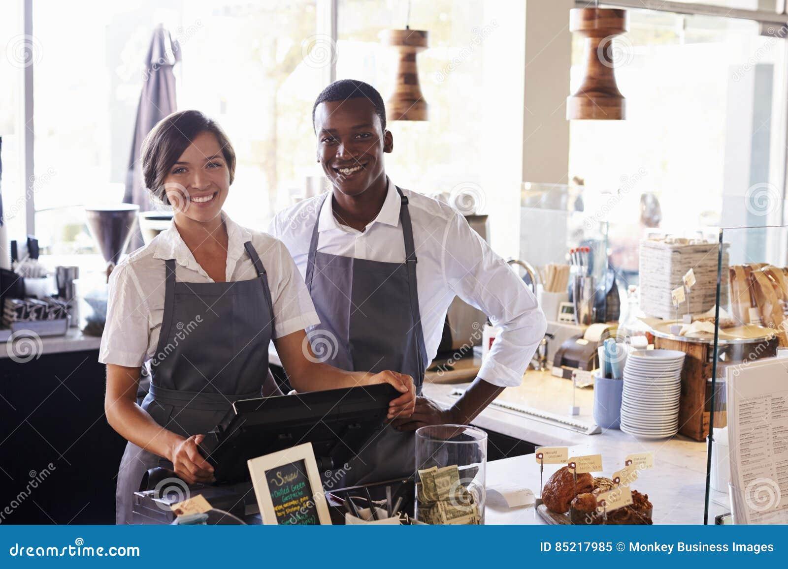 Portrait de personnel travaillant au contrôle d épicerie fine