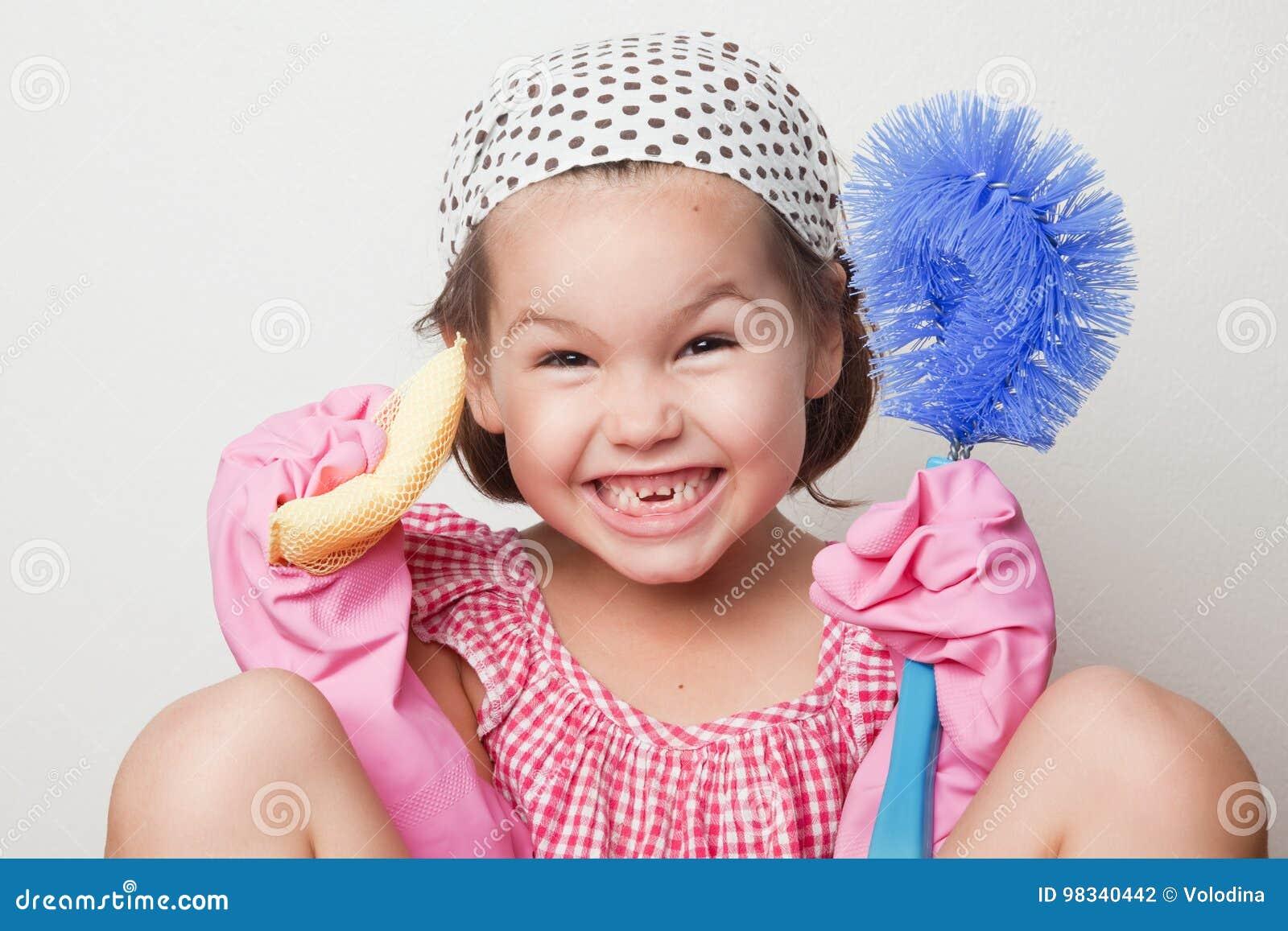 Portrait de petite fille asiatique, petit aide du ` s de mère