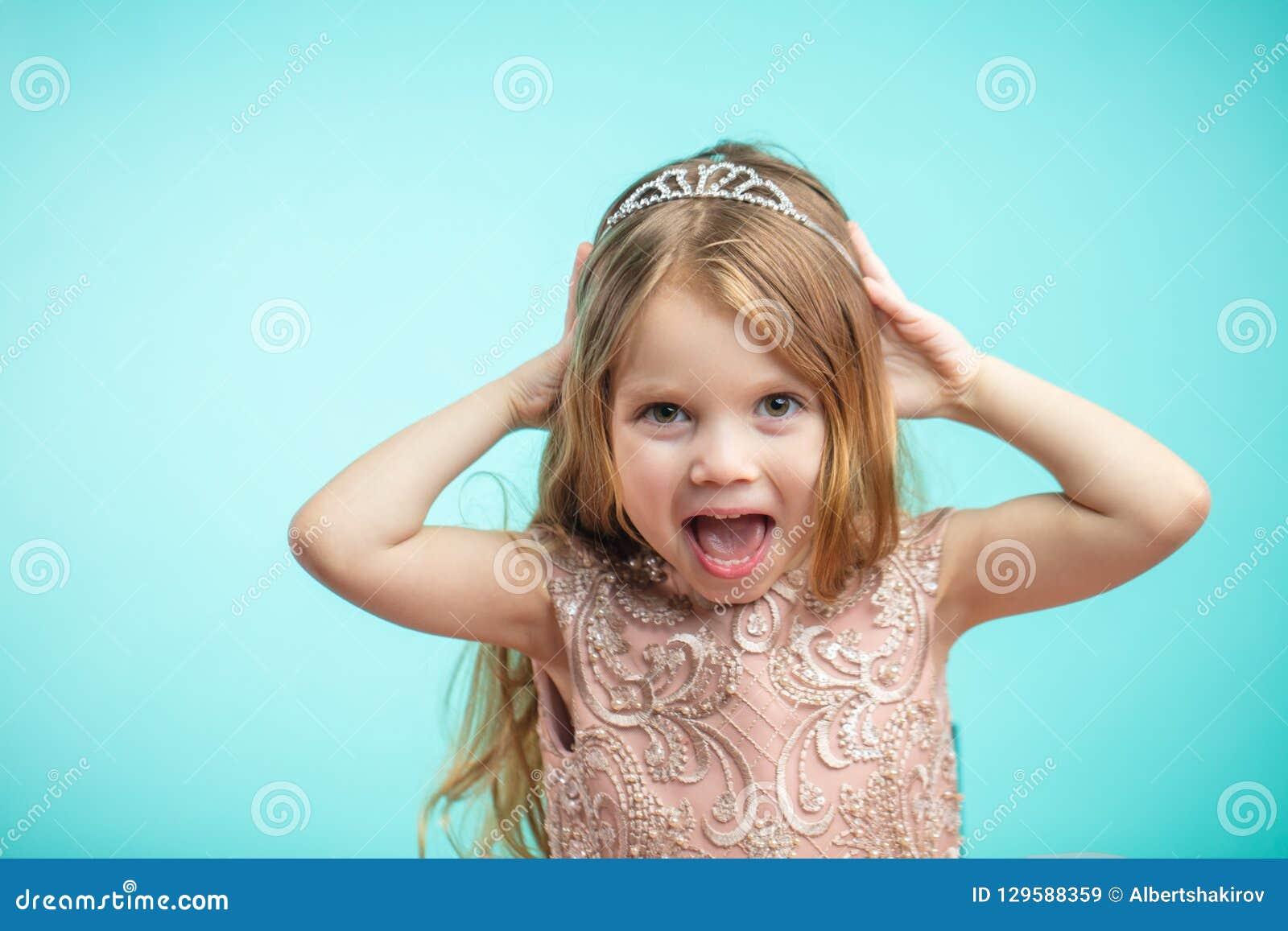 Portrait de petite fille de charme heureuse mignonne dans la robe de princesse