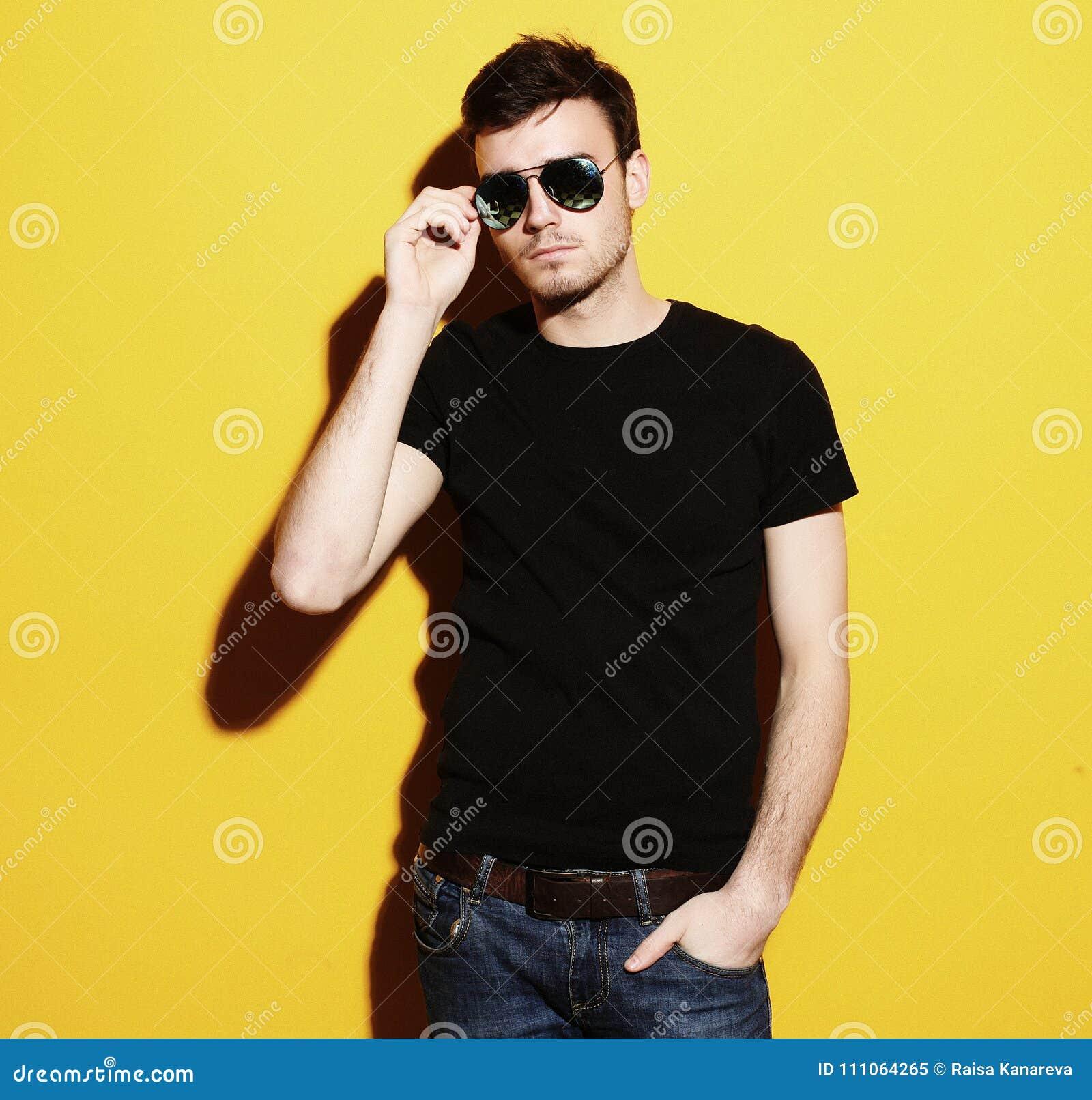 Portrait de plan rapproché d un jeune des lunettes de soleil de port homme  occasionnel sur 6191d43deb88