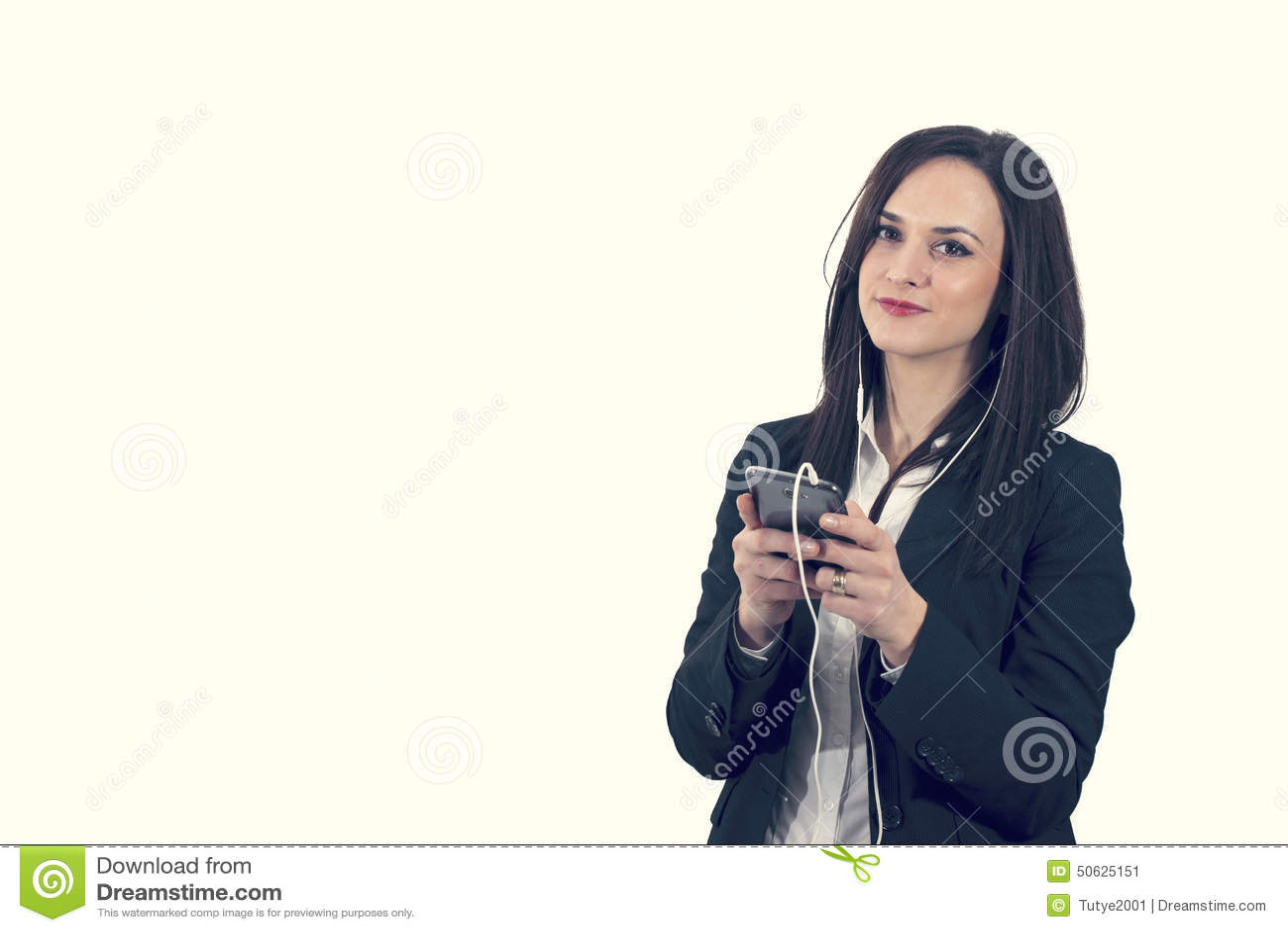 Portrait de plan rapproché de belle jeune femme appréciant la musique utilisant des écouteurs, d isolement