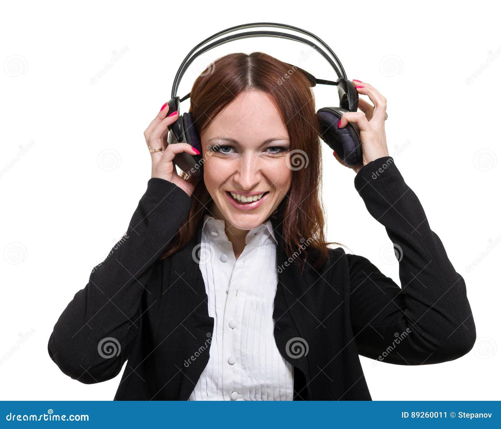 Portrait de plan rapproché de jeune femme mignonne d affaires avec des écouteurs d isolement sur le blanc
