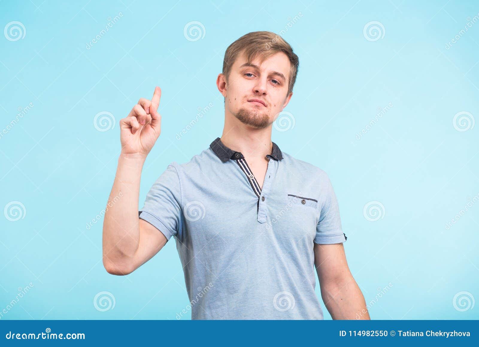 Portrait de plan rapproché de Headshot de jeune homme ingénieux Le type beau a trouvé une solution inattendue, a l idée originale