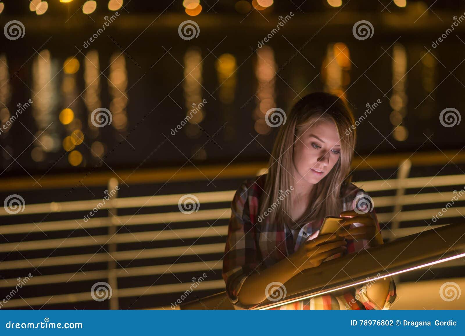 Portrait de plan rapproché jeune, femme choquée d affaires, regardant le téléphone portable voyant le mauvais message textuel