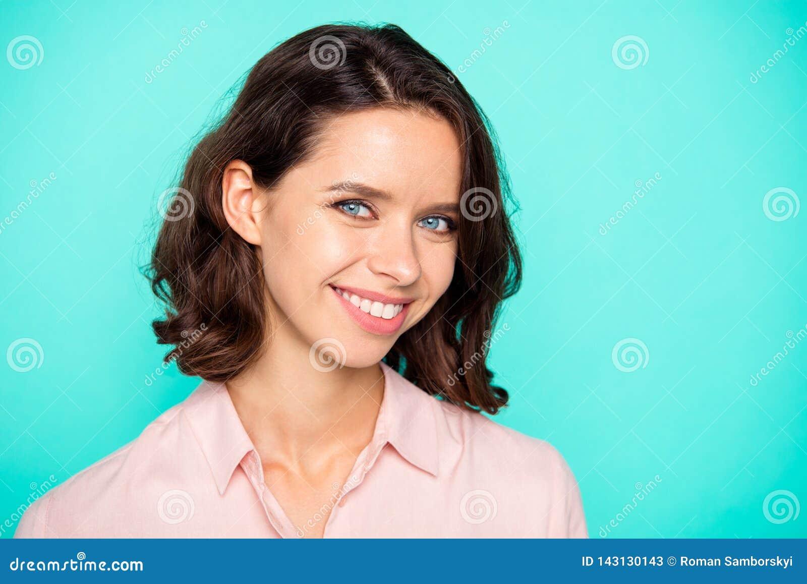 Portrait de plan rapproché de joli positiv attrayant avec du charme mignon gentil