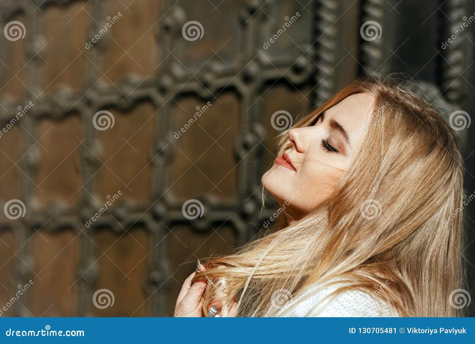 Portrait de plan rapproché de modèle merveilleux avec le maquillage naturel posant n