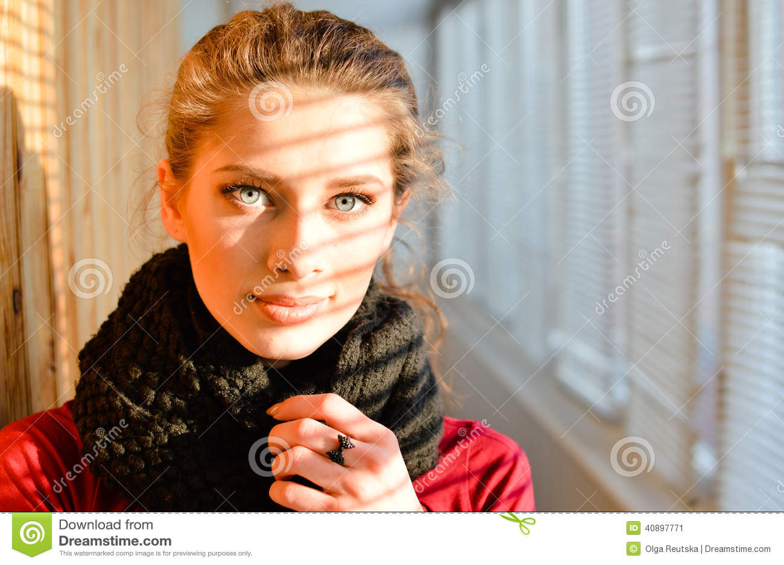Portrait de plan rapproché sur regarder jeune femme merveilleuse d appareil-photo la belle avec des yeux bleus dans le châle sur