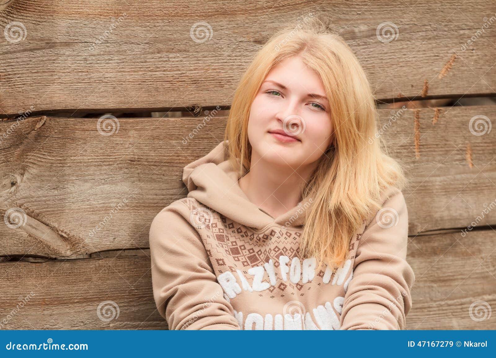 portrait de poser la fille blonde aux yeux verts image stock image du saison femelle 47167279. Black Bedroom Furniture Sets. Home Design Ideas
