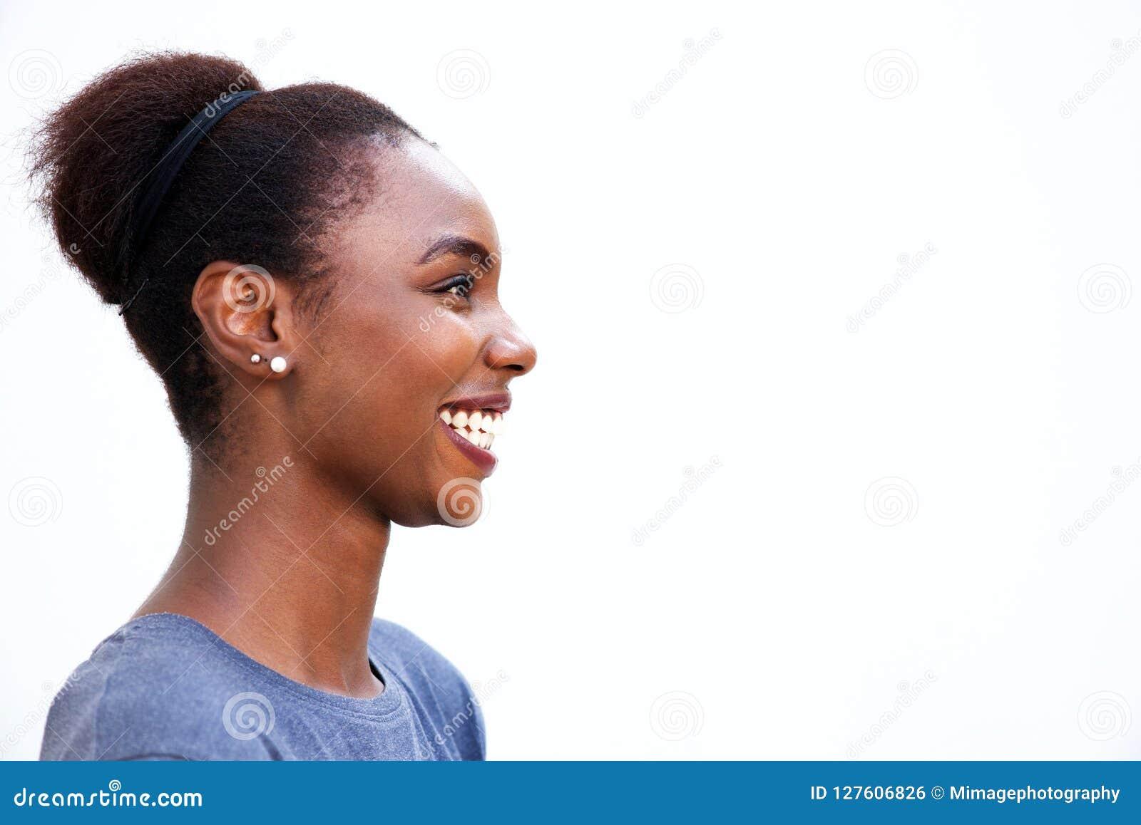 Portrait de profil de la jeune femme africaine heureuse riant sur le fond blanc d isolement